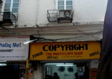 Crédit: Cory Doctorow Copyright shop, Fort, Mumbai, india.JPG, Flcikr, Creative Commons